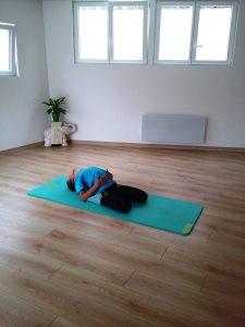 Enfant allongé genoux repliés